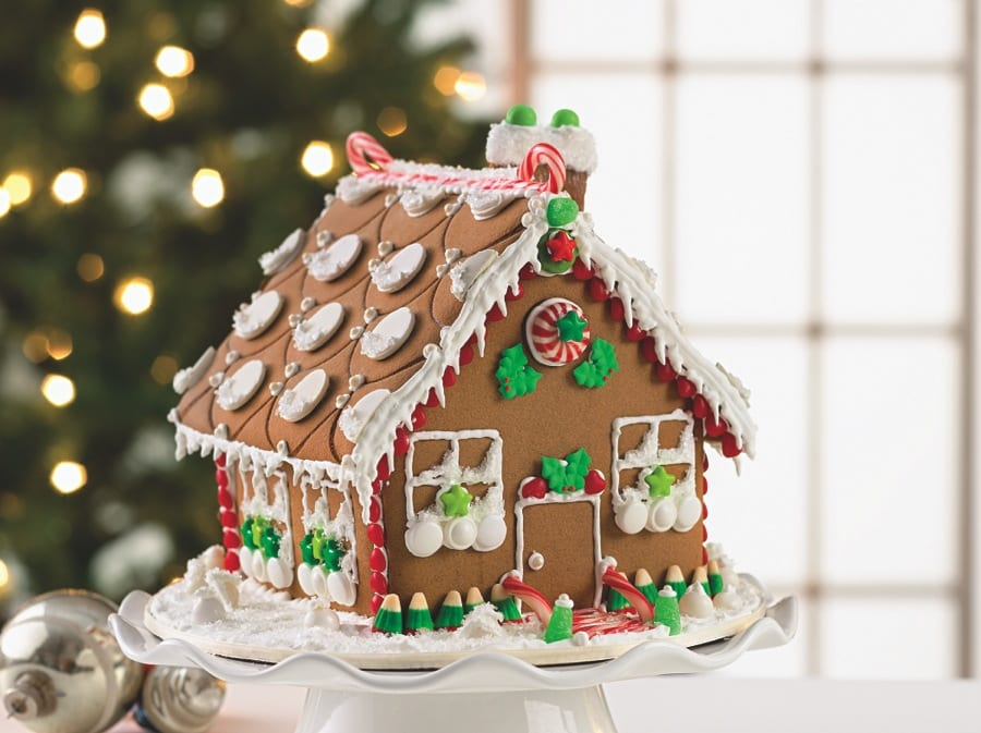 gingerbread house, decorating gingerbread house, creative date ideas, christmas date ideas
